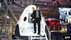 """Основатель и глава компании SpaceX Элон Маск демонстрирует пилотируемый космический аппарат """"Дракон-2""""."""