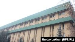 У здания Национального банка в Алматы.