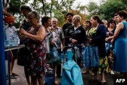 Люди в очереди за питьевой водой в Донецке, 18 августа 2014