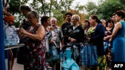 Ռուս անջատականների հսկողության ներքո գտնվող Դոնեցկում բնակիչները խմելու ջուր են գնում տաղավարից, 18 օգոստոսի, 18, 2014թ.