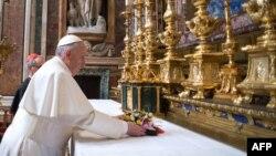 Նորընտիր Հռոմի Պապ Ֆրանցիսկոսը ծաղկեպսակ է դնում Սուրբ Մարիա տաճարում, 14-ը մարտի, 2013