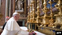 Францішак моліцца пасьля абраньня яго Папам