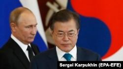 South Korean President Moon Jae-in (right) and Russian President Vladimir Putin at the Kremlin on June 22.