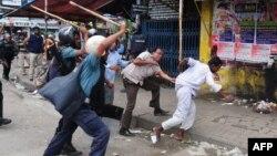 Полиция демонстранттарды ұрып таратып жүр. Дакка, 5 мамыр 2013 жыл.