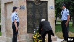 Положување цвеќе пред споменикот на бранителите во Скопје.