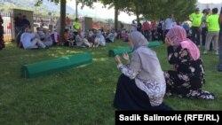 بیش از۸هزار مرد و پسر مسلمان بوسنیایی در ماه جولای سال۱۹۹۵ میلادی توسط قوایسرب بوسنیا جمع آوری و در منطقۀشرقی سربرنیتساکشته شدند.