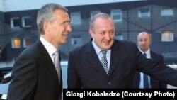НАТО бас хатшысы Йенс Столтенберг (сол жақта) пен Грузия президенті Георгия Маргвелашвили. Тбилиси, 27 тамыз 2015 жыл.