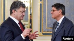 შეერთებული შტატების ფინანსთა მინისტრი ჯეკ ლიუ (მარჯვნივ) და უკრაინის პრეზიდენტი პეტრო პოროშენკო