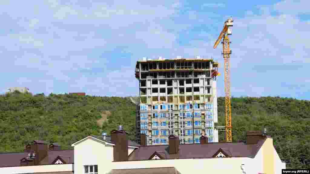 Тем временем в городе возводится многоэтажка