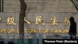 У здания суда в день начала там судебного процесса над китайским юристом-правозащитником Ваном Цюаньчжаном. Тяньцзинь, 26 декабря 2018 года.