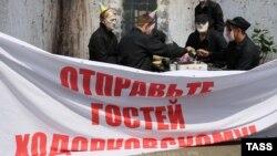Учасники акції на підтримку Ходорковського в масках відомих опонентів Кремля, Москва, 26 червня 2013 року