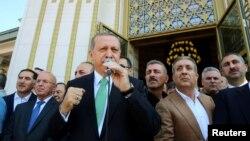 Redžep Tajip Erdogan (u sredini), 22. juli 2016.