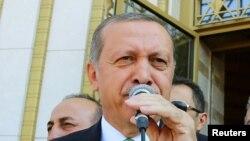 Erdoğan cümə namazından sonra çıxış edərkən. Ankara, 22 iyul, 2016