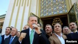 Президент Турции Реджеп Эрдоган обращается к своим сторонникам (Анкара, 22 июля 2016 года)