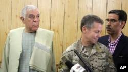 За несколько минут до трагедии - губернатор Кандагара Залмай Виса и командующий вооруженными силами США и НАТО в Афганистане Остин Скотт Миллер. Кандагар, 18 октября 2018 года