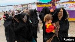 Түштүк Вазиристан провинциясындагы бозгундар лагерди калтырып, үйлөрүнө жөнөшүүдө. Танк шаары.16-март 2015