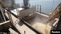 Українське зерно на експорт завантажують у порту Миколаєва у трюм суховантажу, ілюстративне фото