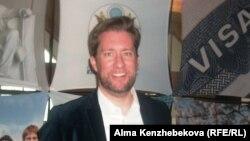 АҚШ бас консулдығының атташесі Тристрам Перри. Алматы, 5 сәуір 2014 жыл.