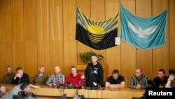 ناظران اروپایی روز یکشنبه با همراهی مردان مسلح، مقابل خبرنگاران حاضر شده و اعلام کردند که با آنها بدرفتاری نمیشود.