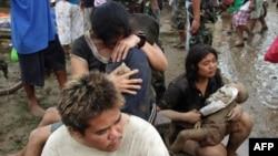 Женщины держат тела своих погибших детей