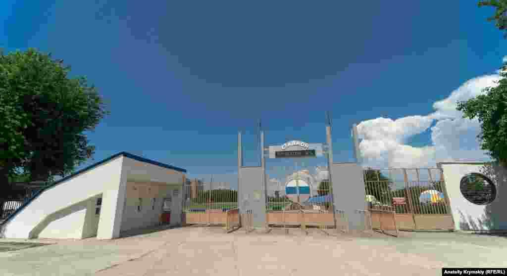 Городской стадион «Химик» до 1 июля на карантине. «Бегущая» строка на стадионе показывает +30