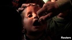 طفل يتم تلقيحه ضد مرض شلل الإطفال