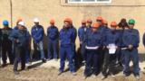 Ақтөбедегі газды бетон өнімдерін шығаратын зауыт жұмысшылары аштық акциясын жариялайтынын айтып жатыр. Сәуір айы, 2019 жыл. Видеодан алынған скриншот.