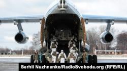 Десантники 95-й десантно-штурмовой бригады 6 декабря отправились из поселка Озерное на Житомирщине на российско-украинскую границу