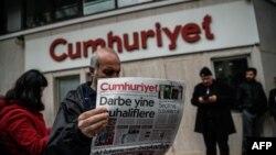 У офиса редакции турецкой оппозиционной газеты «Кумхуриет» в Стамбуле.