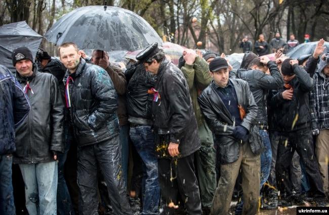 Проросійські мітингувальники під час протистоянь із учасниками запорізького Майдану на Алеї Слави, Запоріжжя, 13 квітня 2014 року