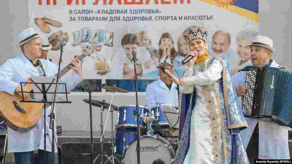 Російські народні пісні співали і перед ЦУМом