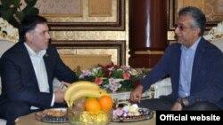 Шайх Салмон бин Иброҳим Ал-Халифа (аз рост) зимни мулоқот бо Азизбек Раҷабов (аз чап).