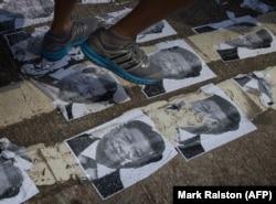 Демонстранты в Гонконге топчут портреты Си Цзиньпина. 1 октября 2019 года