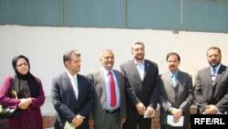Ооганстандагы президенттик шайлоого катышкан беш талапкер добуш берүү мыйзам бузуулар менен коштолгонун билдиришти. Кабул, 25-август, 2009-ж.