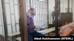 Мурдагы депутат Өмүрбек Текебаев соттук отурумда.