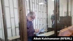 Кыргызский оппозиционный политик Омурбек Текебаев, лидер партии «Ата Мекен», в суде.