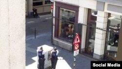 У полиции вызвал подозрение мужчина, который в 30-градусную жару прогуливался в пальто возле площади у театра Ла Монне в центре бельгийской столицы