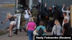Затримання силовиками демонстрантів у Мінську біля місця, де 10 серпня загинув учасник протесту, 11 серпня 2020 року