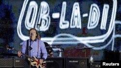 """Пол Маккартни выступает на концерте в честь """"бриллиантового юбилея"""" королевы. 4 июня 2012 года"""