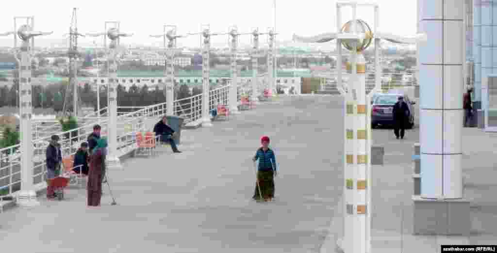 Вокруг построенного торгового центра осуществляются работы по обустройству