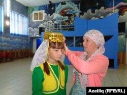 Алия Габдуллина кызы Эльвираны чыгыш ясарга әзерли