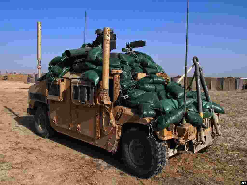 Аўганістан: амэрыканскі вайсковы браніраваны аўтамабіль, узмоцнены мяшкамі зь пяском