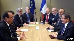 Встреча Франсуа Олланда (слева) и Ахмета Давутоглу (справа) в Брюсселе во второй день саммита. 18 марта 2016 года.