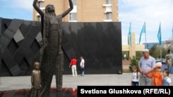 Скульптурно-художественная композиция в память о жертвах Голода. Астана, 31 мая 2012 года.