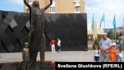 «1932-1933 жылдардағы ашаршылық құрбандарына тағзым» ескерткіші. Астана, 31 мамыр 2012 жыл.