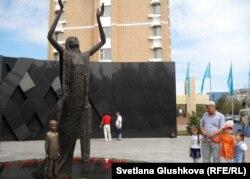 «1932-1933» жылдардағы ашаршылық құрбандарына тағзым» атты ескерткіш. Астана, 31 мамыр 2012 жыл.