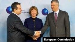 Сербия премьер-министрі Ивица Дачич (сол жақта) пен Еуропа одағы сыртқы саясат жөніндегі комиссары Кэтрин Эштон (ортада) және Косово премьер-министір Хашим Тачи. Брюсель, 13 желтоқсан 2013 жыл.