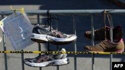 Импровизированный мемориал у финишной черты Бостонского марафона