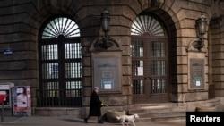 Odluka Vlade Srbije još jednom otvorila pitanje odnosa prema medijima. Ulaz u zgradu Vlade Srbije u centru Beograda, u danima nakon proglašenja pandemije. Zabeleženo 23. marta 2020.