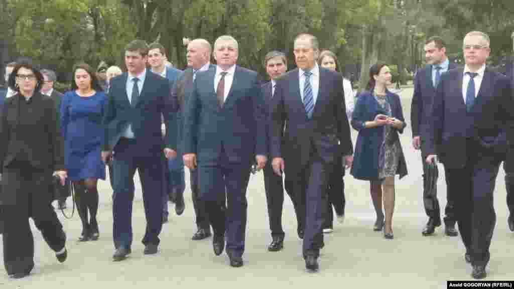 სერგეი ლავროვს მეგზურობას უწევენ აფხაზეთის თვითგამოცხადებული რესპუბლიკის პრემიერ-მინისტრი ბასლან ბარციცი (მისგან მარცხნივ), საგარეო საქმეთა მინისტრი დაურ კოვე (მარჯვნივ) და სხვა მოხელეები.